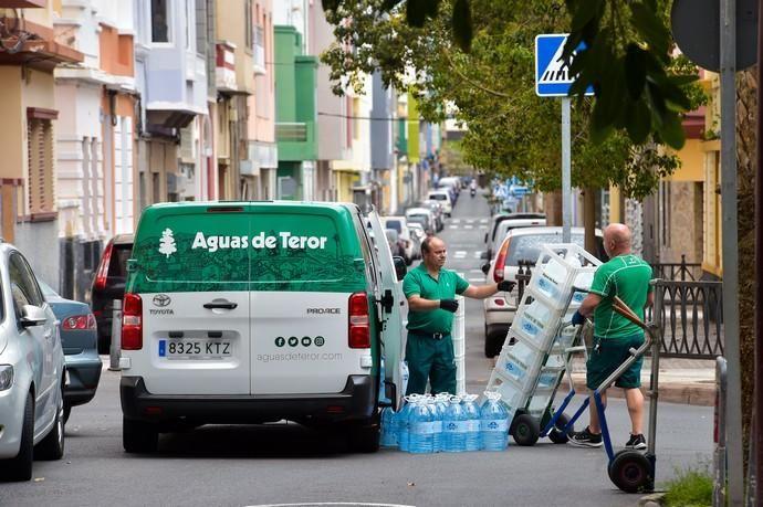 04-05-2020 LAS PALMAS DE GRAN CANARIA. Trabajadores de Aguas de Teror durante el reparto de agua en la plaza de Perón. Fotógrafo: Andrés Cruz    04/05/2020   Fotógrafo: Andrés Cruz