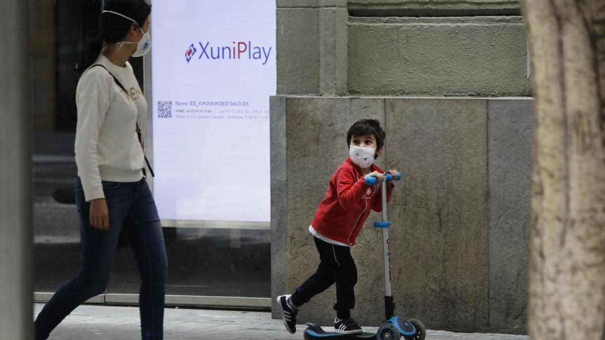 Un niño pasea por Valencia.