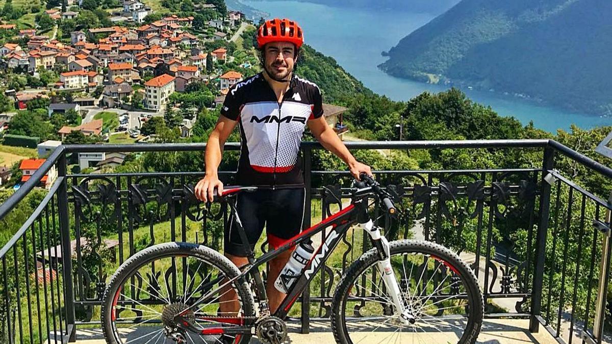 Fernando Alonso, con su bicicleta, en el lago de Lugano, en una imagen de 2018. |  // FERNANDO ALONSO