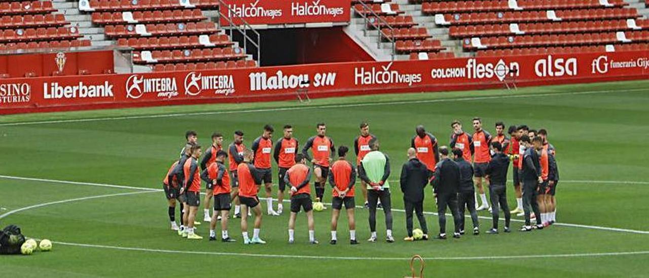 La plantilla del Sporting, antes del entrenamiento de ayer. | Marcos León