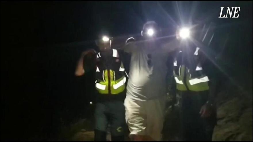 Rescatadores de Cangas de Onís ayudan a un senderista a salir de la Ruta del Cares