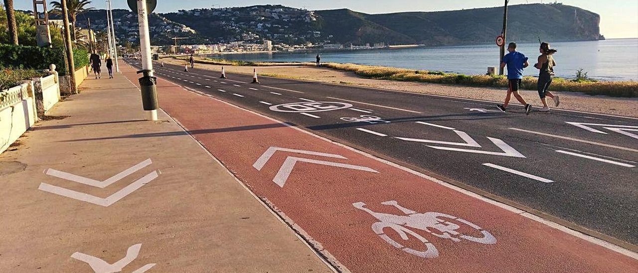 El ayuntamiento ya ha señalizado el uso peatonal y para bicicletas de la carretera litoral.