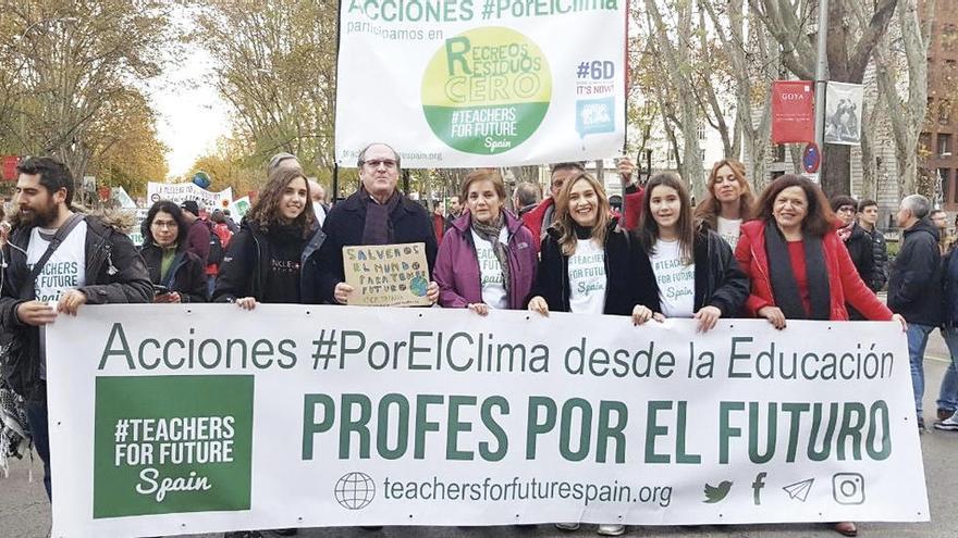 """La mosense Miriam Leirós, con Gabilondo tras la pancarta de """"Profes por el futuro"""""""