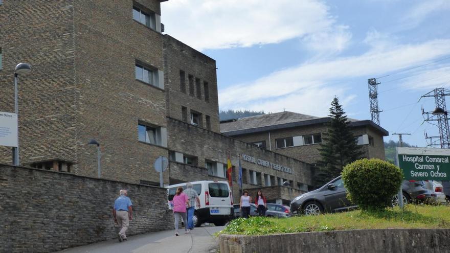 Un positivo entre el personal del hospital de Cangas del Narcea pone en aislamiento a cinco trabajadores más
