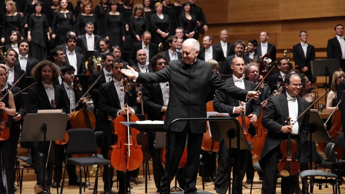 Jesús López Cobos  y los músicos de la OSCyL en un concierto