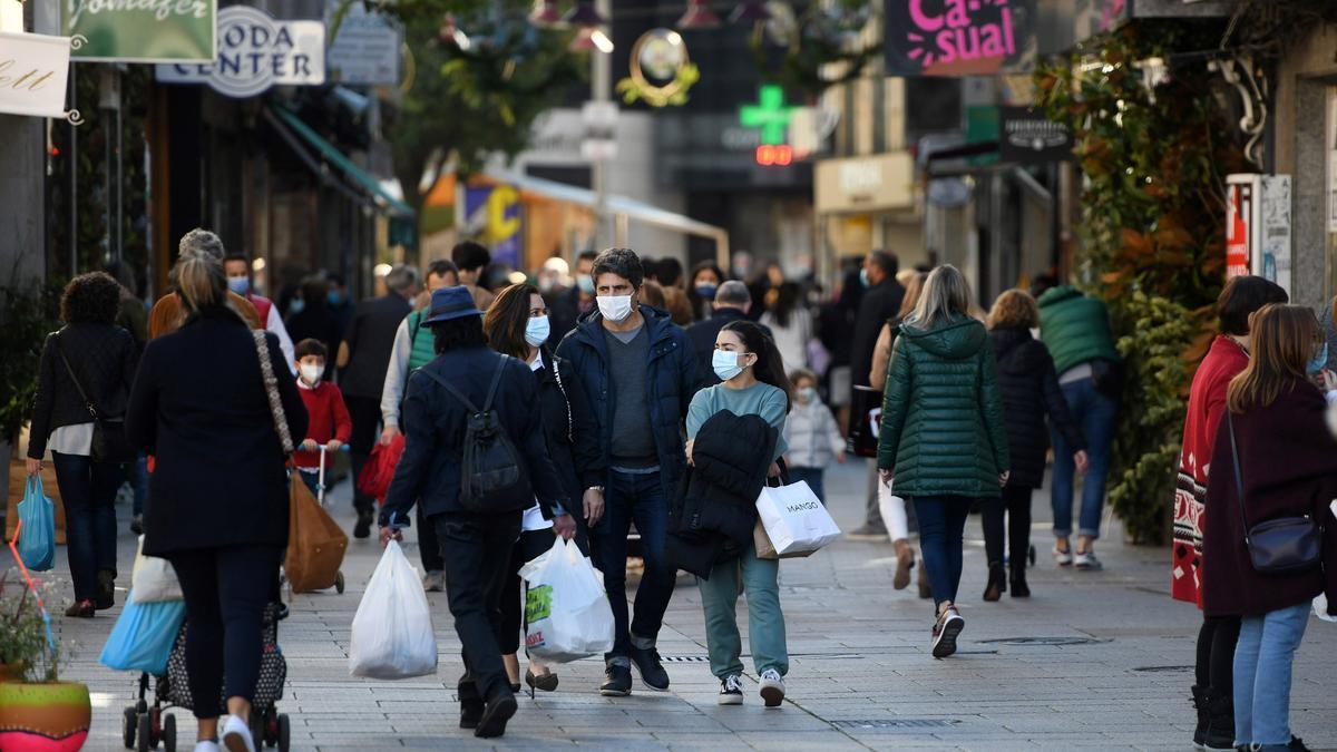 Personas paseando con mascarilla por la ciudad de Pontevedra. Gustavo Santos