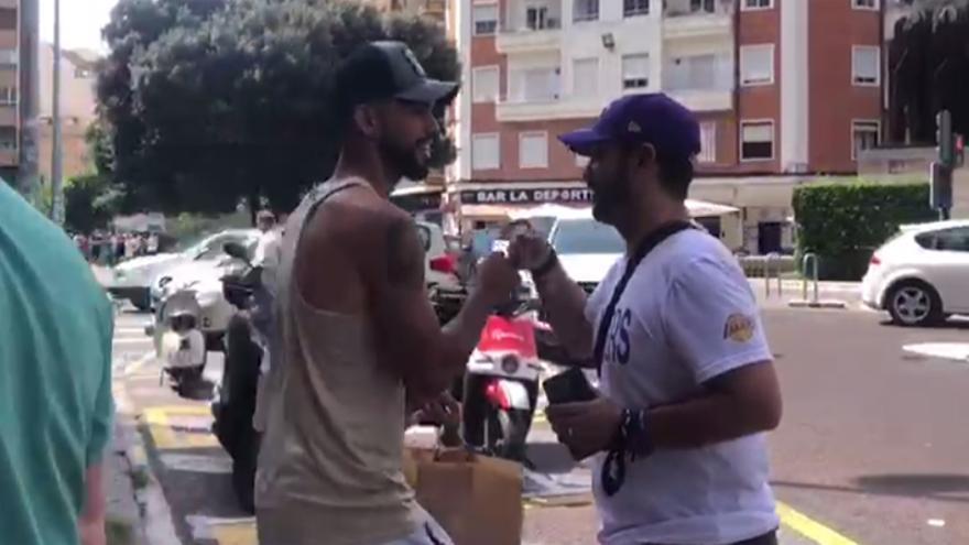 Omar Alderete hace disfrutar a los aficionados que le esperaban