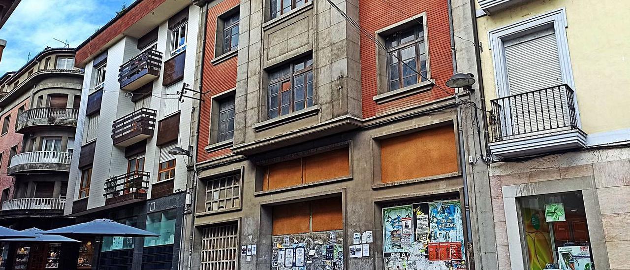 Edificio de los antiguos Almacenes Miranda, en la zona de la plaza General Ponte de Grado. | Sara Arias