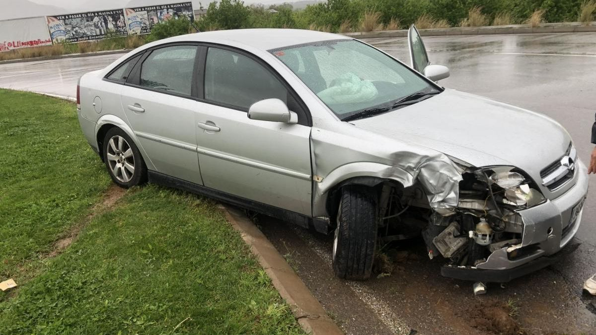 Un fugitivo sin carnet se estrella con un coche robado en Castelló