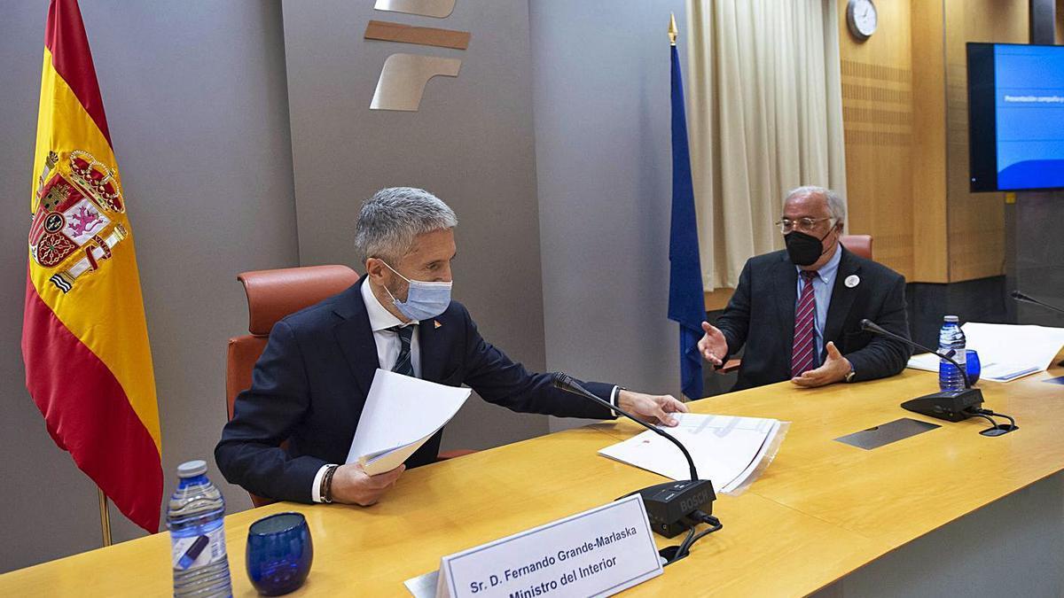 Marlaska, junto al director de Tráfico en la presentación del operativo de control del verano. |   // A. ORTEGA / E. P.