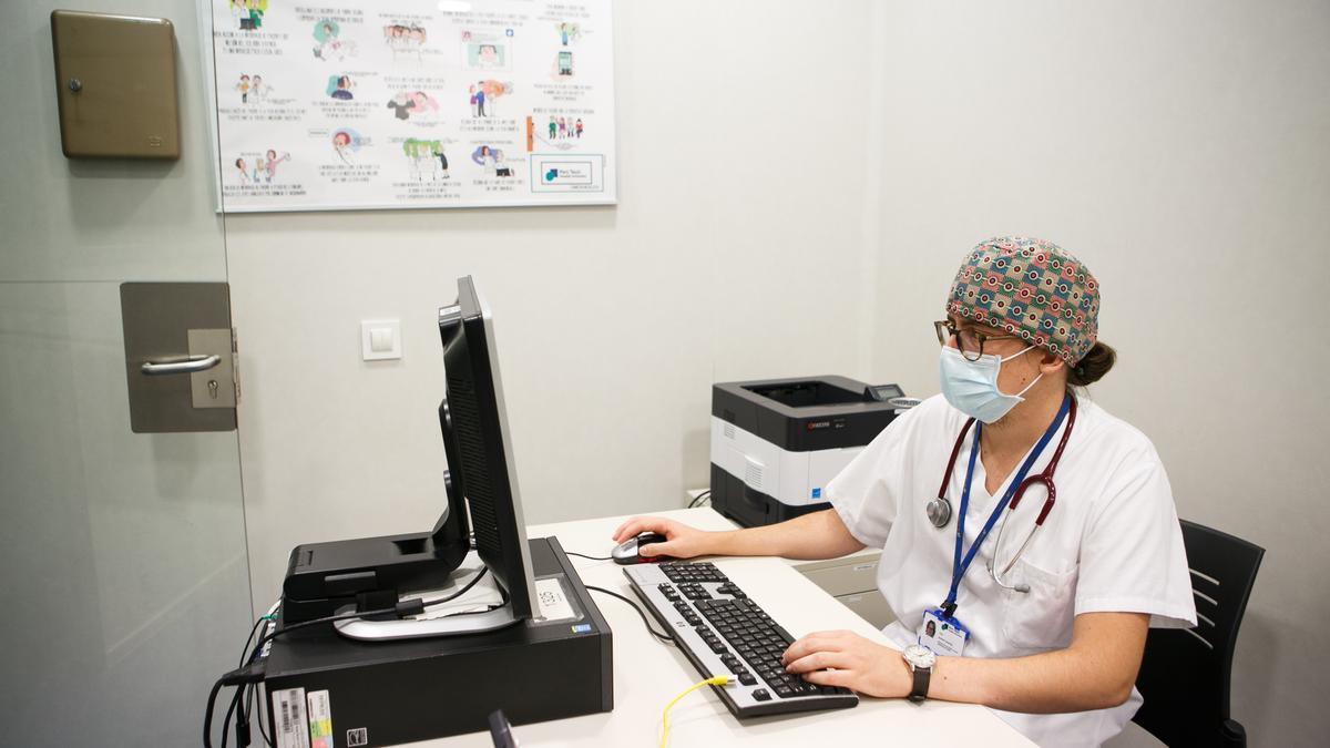 Un médico MIR realiza su formación en un hospital.