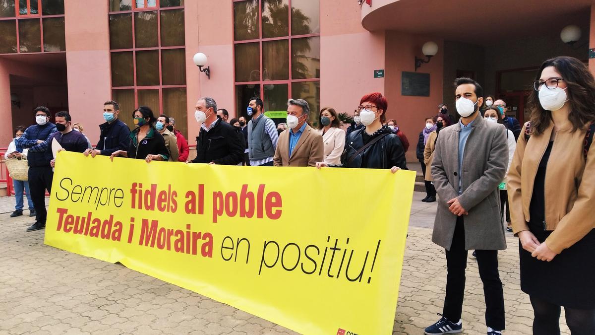 La alcaldesa y diversos cargos políticos de Compromís y PSPV, en la concentración de esta mañana