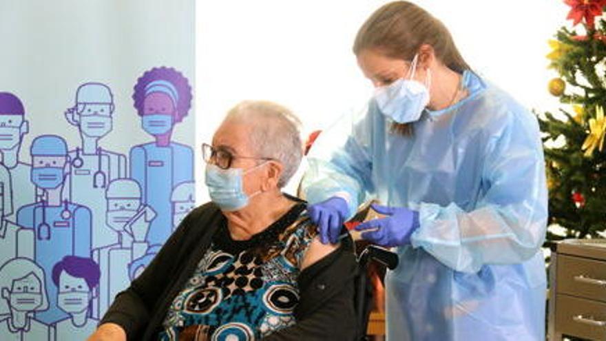 Salut inicia la vacunació amb tercera dosi a la residència de L'Hospitalet on va posar la primera