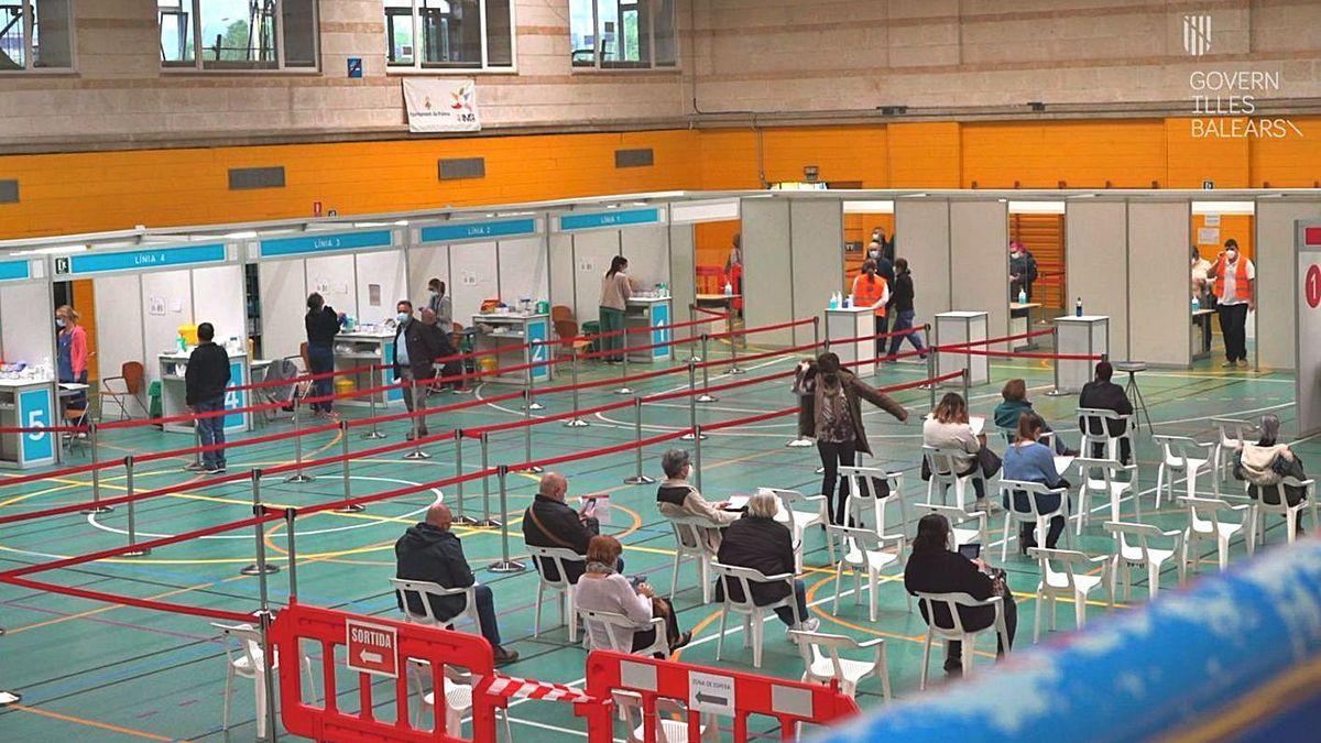Campaña de vacunación en el polideportivo Germans Escales