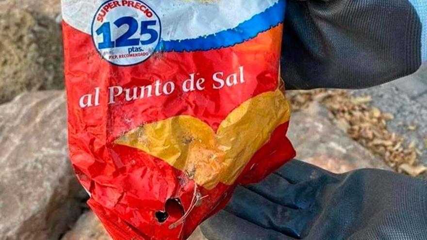 Aparece en una playa de Alicante una bolsa de patatillas de los años 90