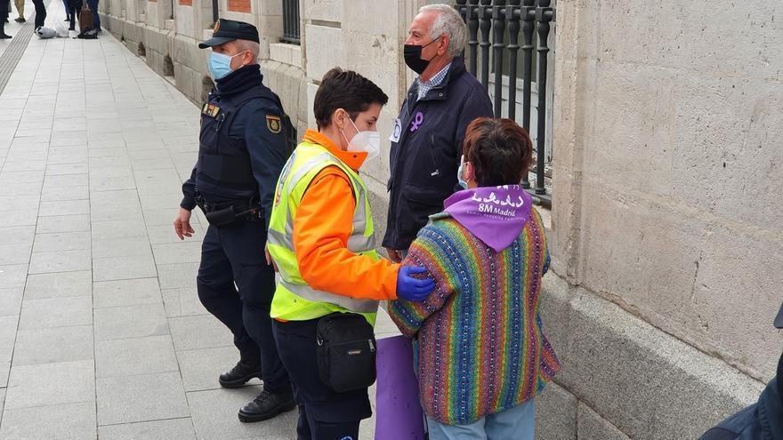 La policía interviene en la concentración del 8M en Madrid ante el choque con un grupo de contramanifestantes