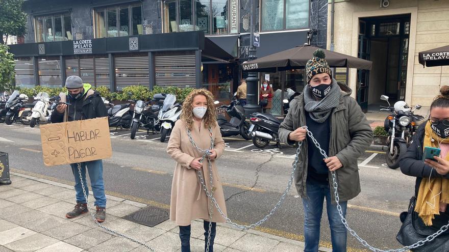 Mallada se encadena delante de la Junta para apoyar a la hostelería