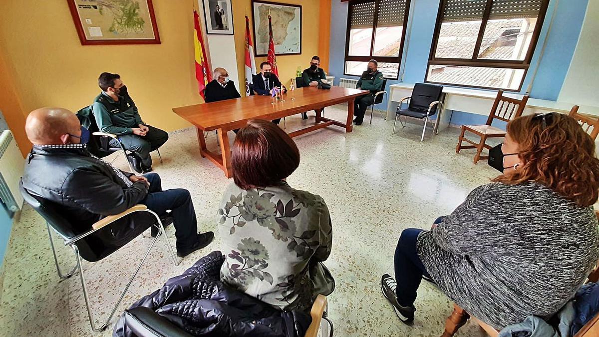 Sobre estas líneas, reunión del subdelegado del Gobierno en el Ayuntamiento de Figueruela de Arriba y a la izquierda con guardias civiles y vecinos.   Cedidas