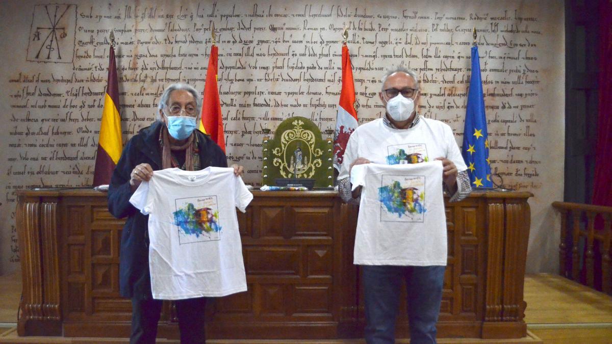José Carlos Guerra (izquierda) con el concejal de Turismo, José Mariño (derecha), en la presentación de las camisetas. / E. P.