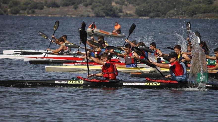 El piragüismo de Castilla y León se reactiva en Villardeciervos (Zamora) con más de cien deportistas