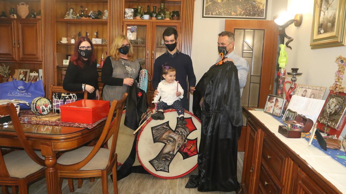 La familia Paús-Branchat de l'Alcora saca del armario los bombos, tambores, palilleros y túnicas cara a la Rompida de la Hora del Viernes Santo, en la que tocarán desde la terraza de su casa.