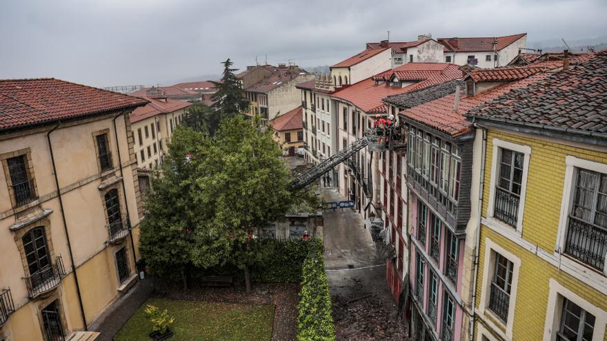 Susto en el Antiguo: parte de la fachada de un edificio se desploma y llena la vía de cascotes