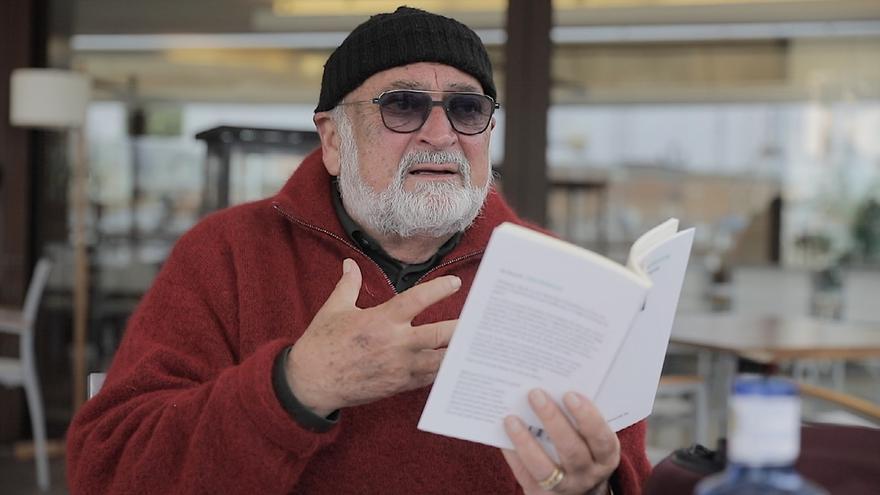 Biel Mesquida publica el poemario 'Carpe momentum', un canto a la vida y al tiempo