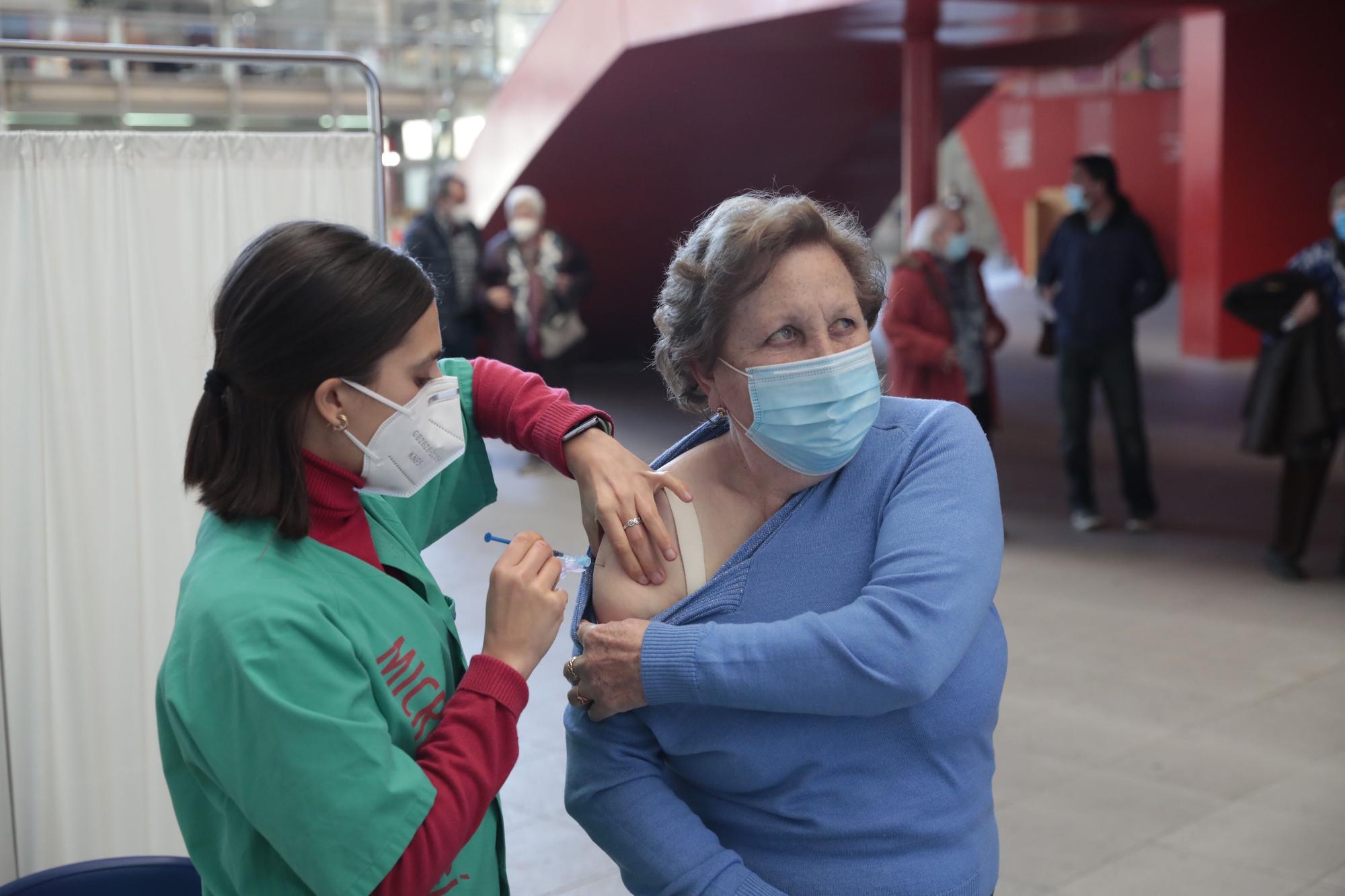 Intensa vacunación en el Palacio de Deportes de la Guía (Gijón)