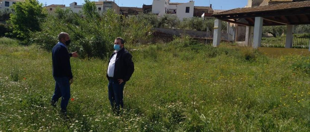 Ibáñez y Orea en los terrenos elegidos para la planta, junto a las viviendas y el lavadero. | LEVANTE-EMV