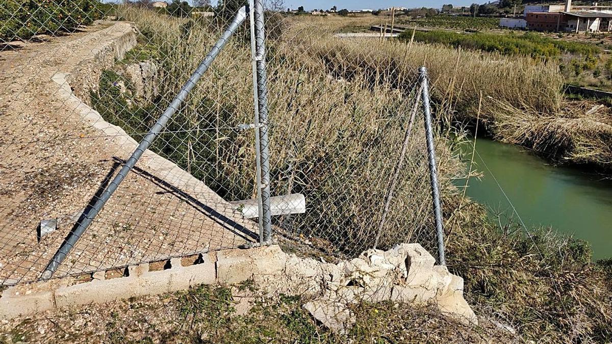 La ribera del Serpis, en el tramo central de la Safor, con el acceso vetado por una valla. | LA MADRILLA