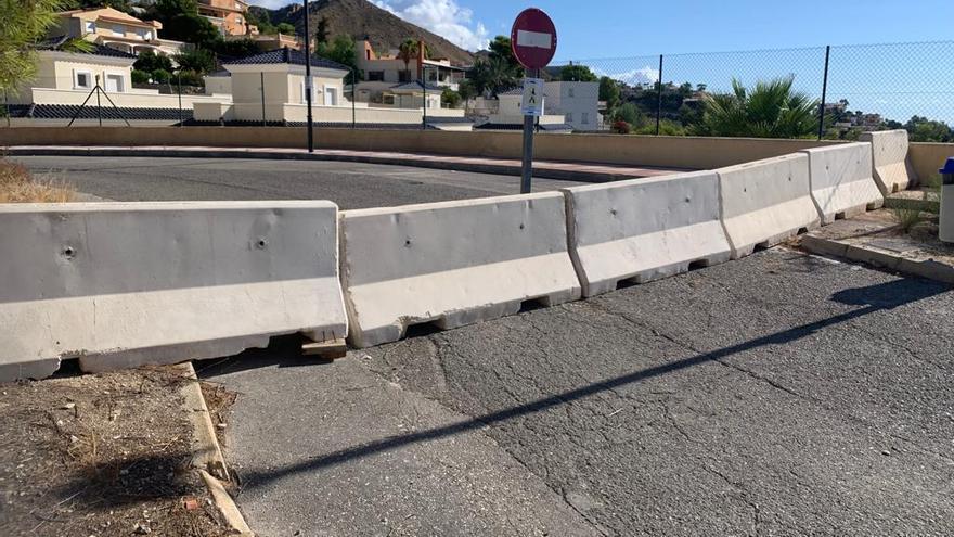 Los vecinos urgen a El Campello a acatar el fallo del TSJ y reparar una calle que lleva 2 años cerrada