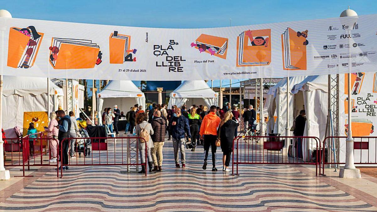 Instant de la Plaça del Llibre celebrada a Alacant l'abril de 2021. | PLAÇA DEL LLIBRE
