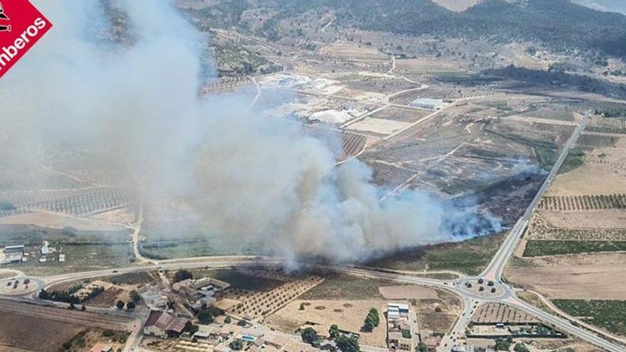 Los bomberos se movilizan por dos incendios forestales en Pinoso