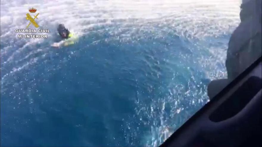 Una persecució per mar acaba amb uns narcos rescatant de l'aigua els guàrdies civils que els perseguien