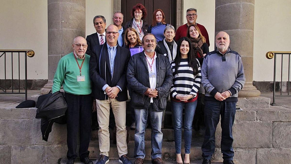Raúl Rodríguez (c) y diputados del Parlamento de Canarias tras aprobarse la Ley de Niños Robados, en 2019.