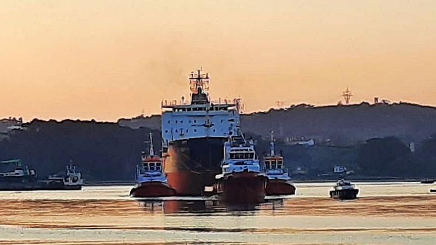 El barco ruso que fue abandonado en Avilés zarpa rumbo a Turquía