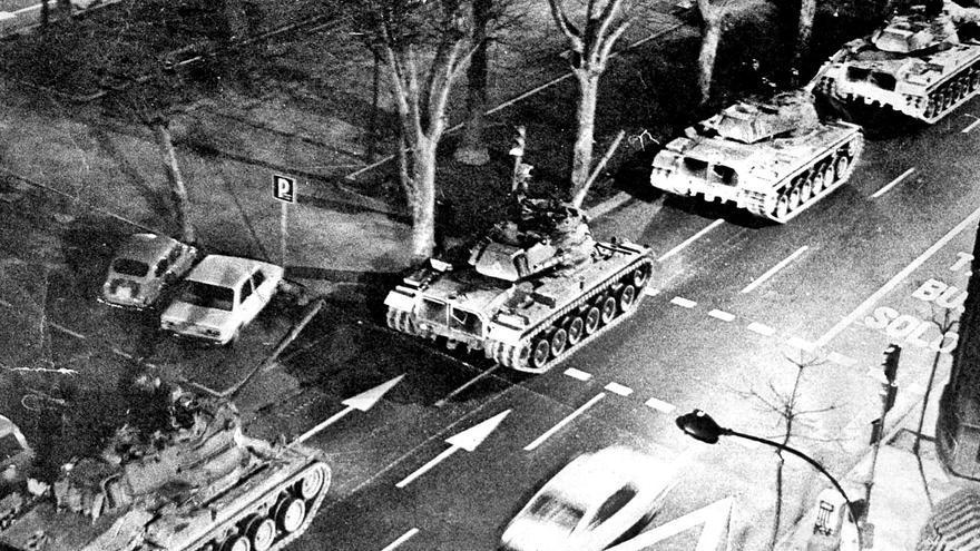 Los tanques avanzan por las  calles de València, en la  noche del 23F.  levante-emv |