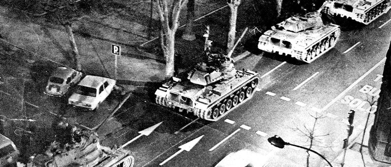 Los tanques avanzan por las  calles de València, en la  noche del 23F.  levante-emv  