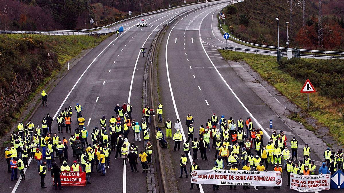 Trabajadores de As Somozas cortan la autovía entre Ferrol y As Pontes, hace tres semanas.   | // KIKO DELGADO