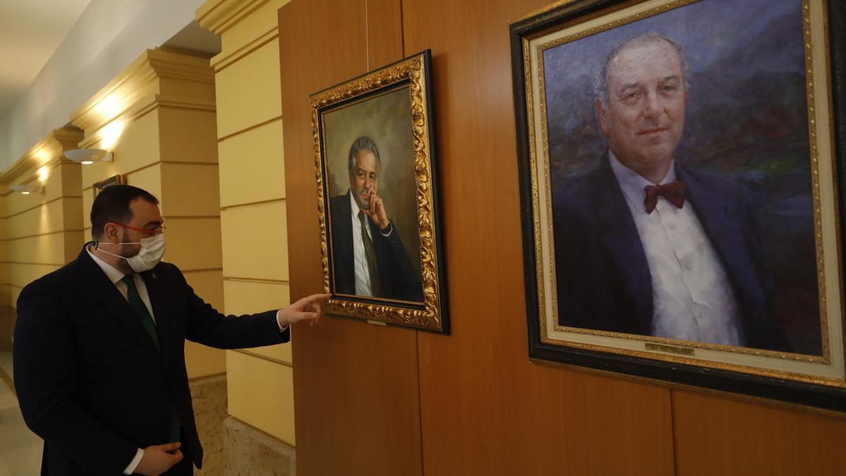 Adrián Barbón señala el retrato de Pedro de Silva en la sede de Presidencia