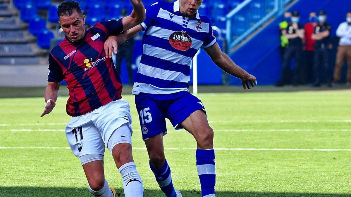 Airam Cabrera pugna con Javi Montero ayer en Riazor.