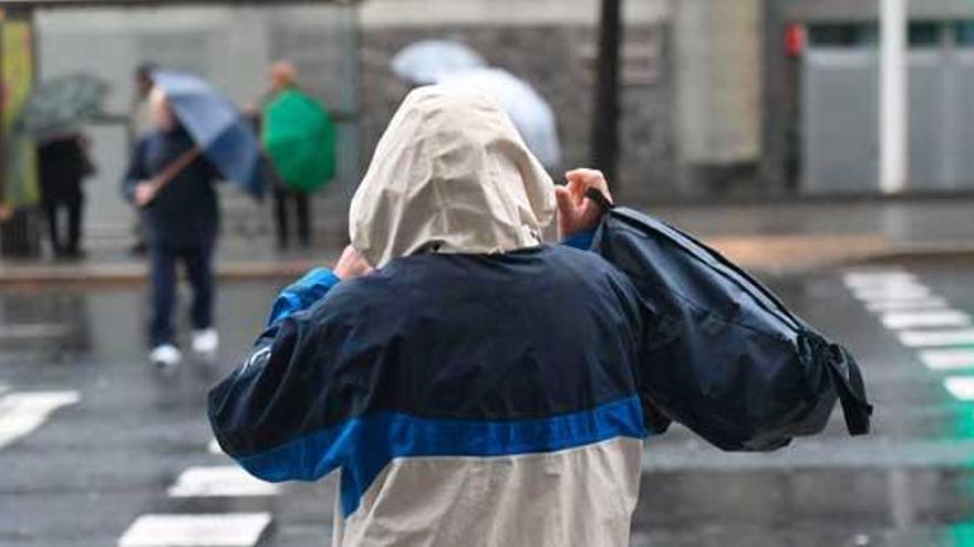 Los fuertes vientos y las persistentes precipitaciones amenazan hoy a Galicia