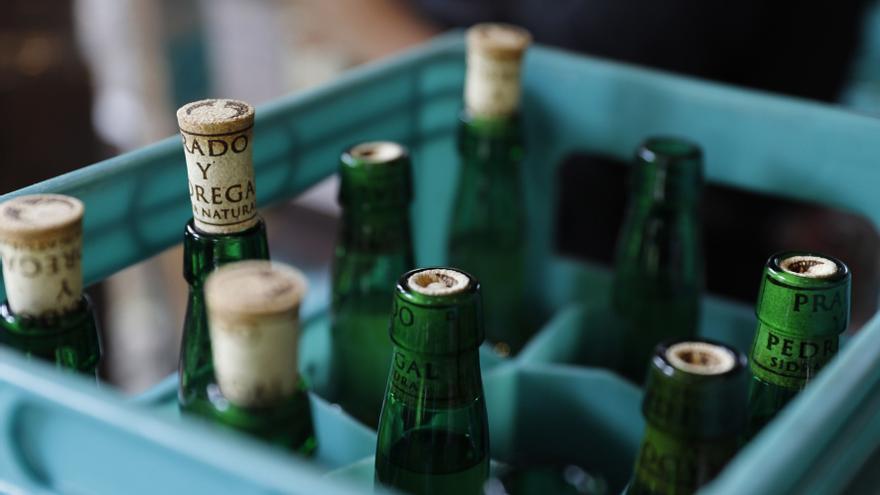Un hostelero de Oviedo hace un tremendo zasca a unos clientes gallegos que no sabían beber sidra