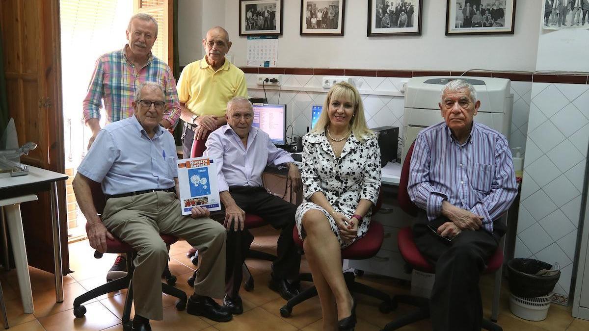 La foto, de 2017, muestra a los miembros del taller de Prensa del Centro de Día de Mayores Málaga Trinidad.