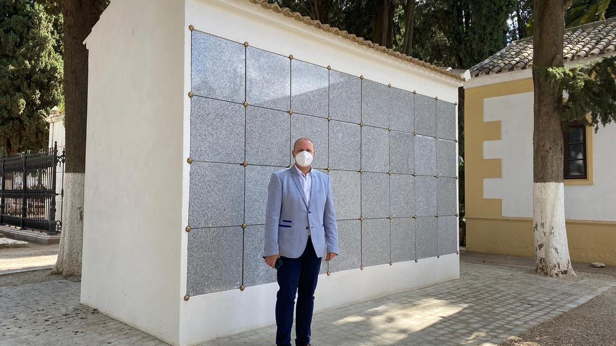 El concejal de Lucena César del Espino, ante los nuevos columbarios del cementerio Virgen de Araceli.