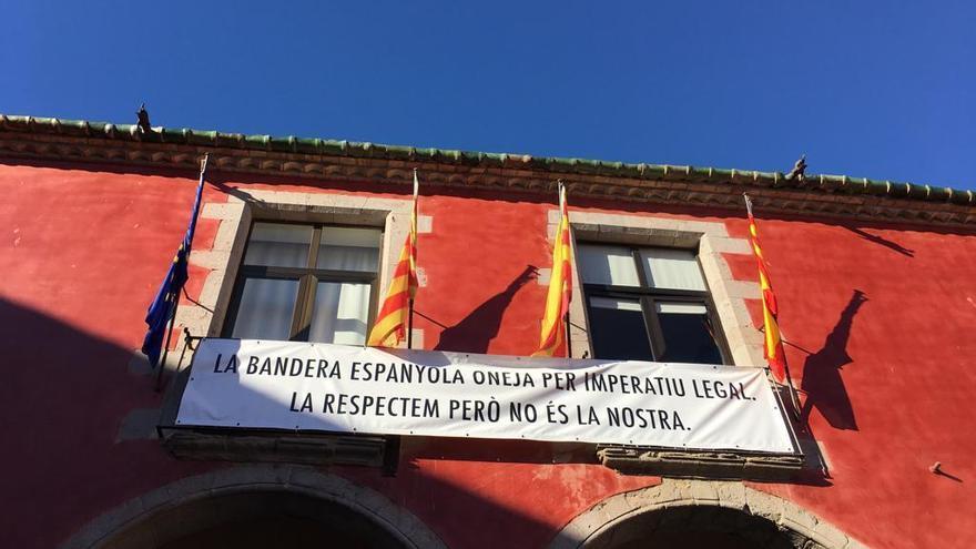 La bandera espanyola torna a coronar l'Ajuntament de Castelló per imposició judicial