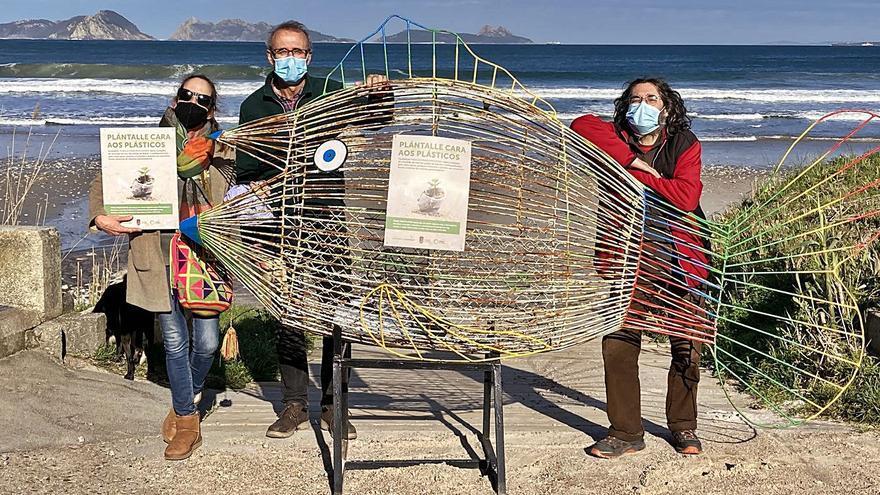 """Los """"peces tragaplásticos"""" regresan a Nigrán para limpiar la playa en familia"""