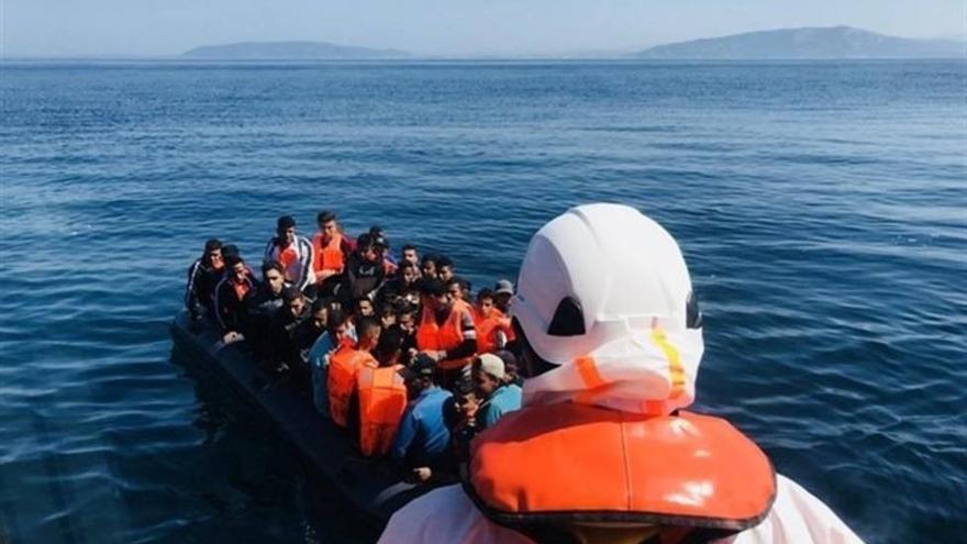 Rescatan una embarcación con 45 migrantes a bordo en aguas de Canarias