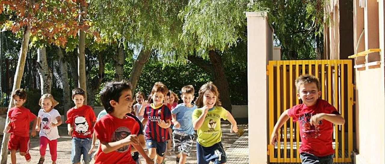 Niños, disfrutando de juegos en el patio de la escuela.