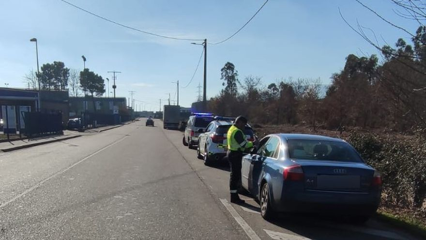 Los agentes de la Guardia Civil, junto al vehículo del infractor
